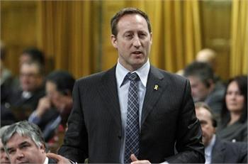 Peter MacKay apologizes for throwing documents about murdered, missing Aboriginal women