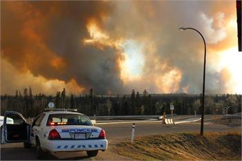 گریز مردم از شعله های آتش در فورت مک موری آلبرتا