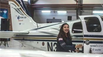 خلبان زن افغان-آمریکایی پرواز تاریخیاش دور دنیا را تکمیل کرد